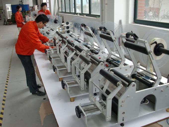 Helautomatisk etikettapplikator med dubbla sidoklistermärken