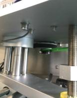 Automatisk flaskmärkning Märkningsmaskin med dubbelsidig klistermärke för påsar som står upp