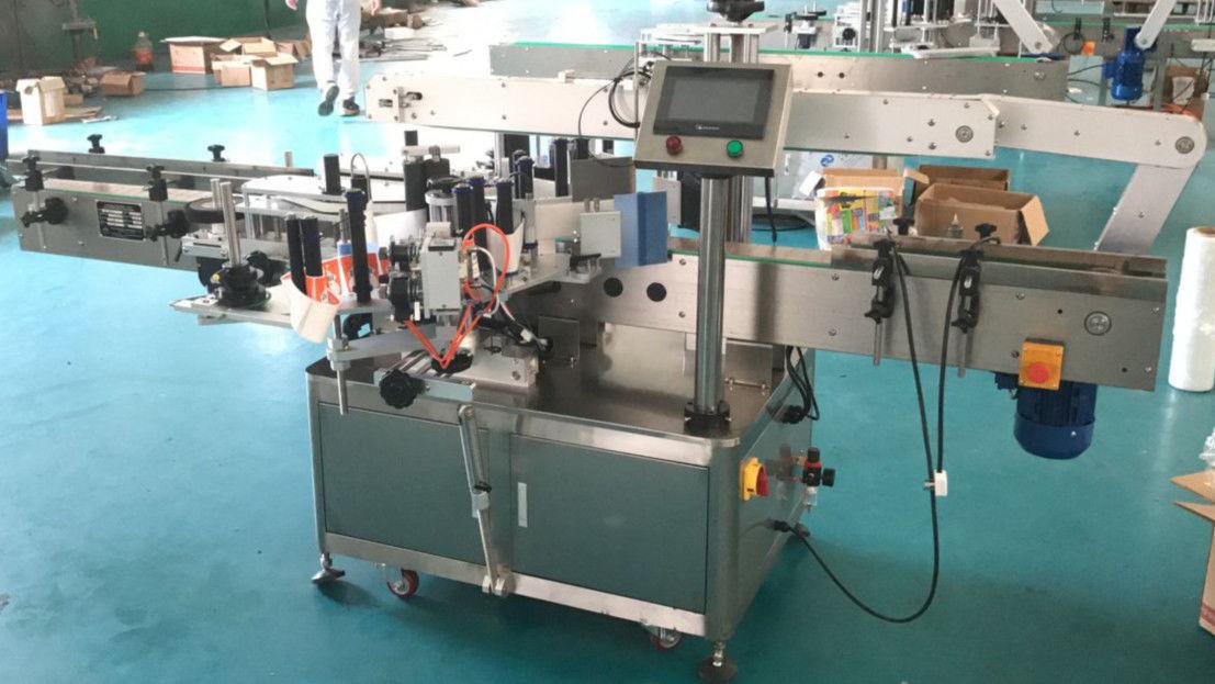 Fram- och baksidans etikettapplikatormaskin med korrigeringsmekanism